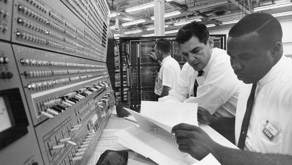 IBM-Ingenieure programmieren einen Mainframe-Computer in COBOL