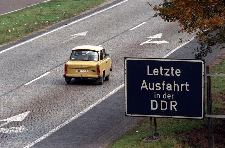 Die Wirtschafts- und Währungsunion im Juli 1990 wirkte verheerend auf den ostdeutschen Arbeitsmarkt - doch politisch gab es zu ihr keine Alternative: Wahrscheinlich hätten sich Millionen Menschen auf den Weg in den Westen gemacht.