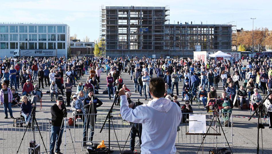 """Teilnehmer der """"Querdenker""""-Demo in Karlsruhe"""
