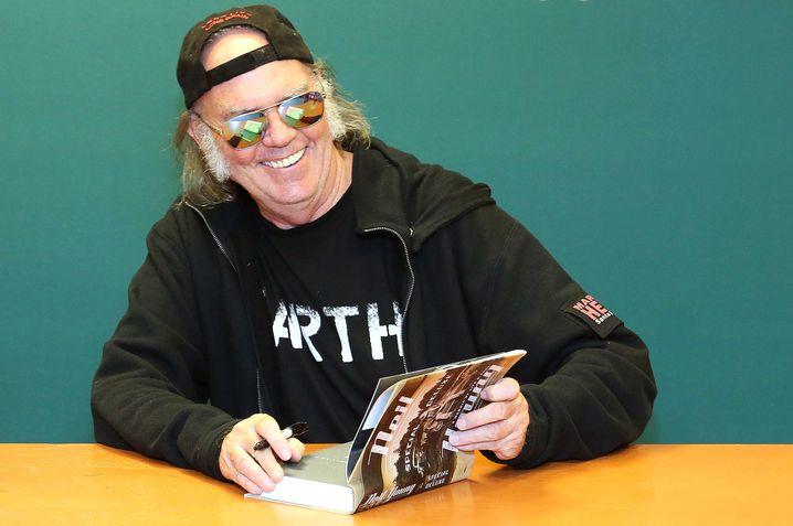 Neil Young 2014 beim Buchsignieren in New York City