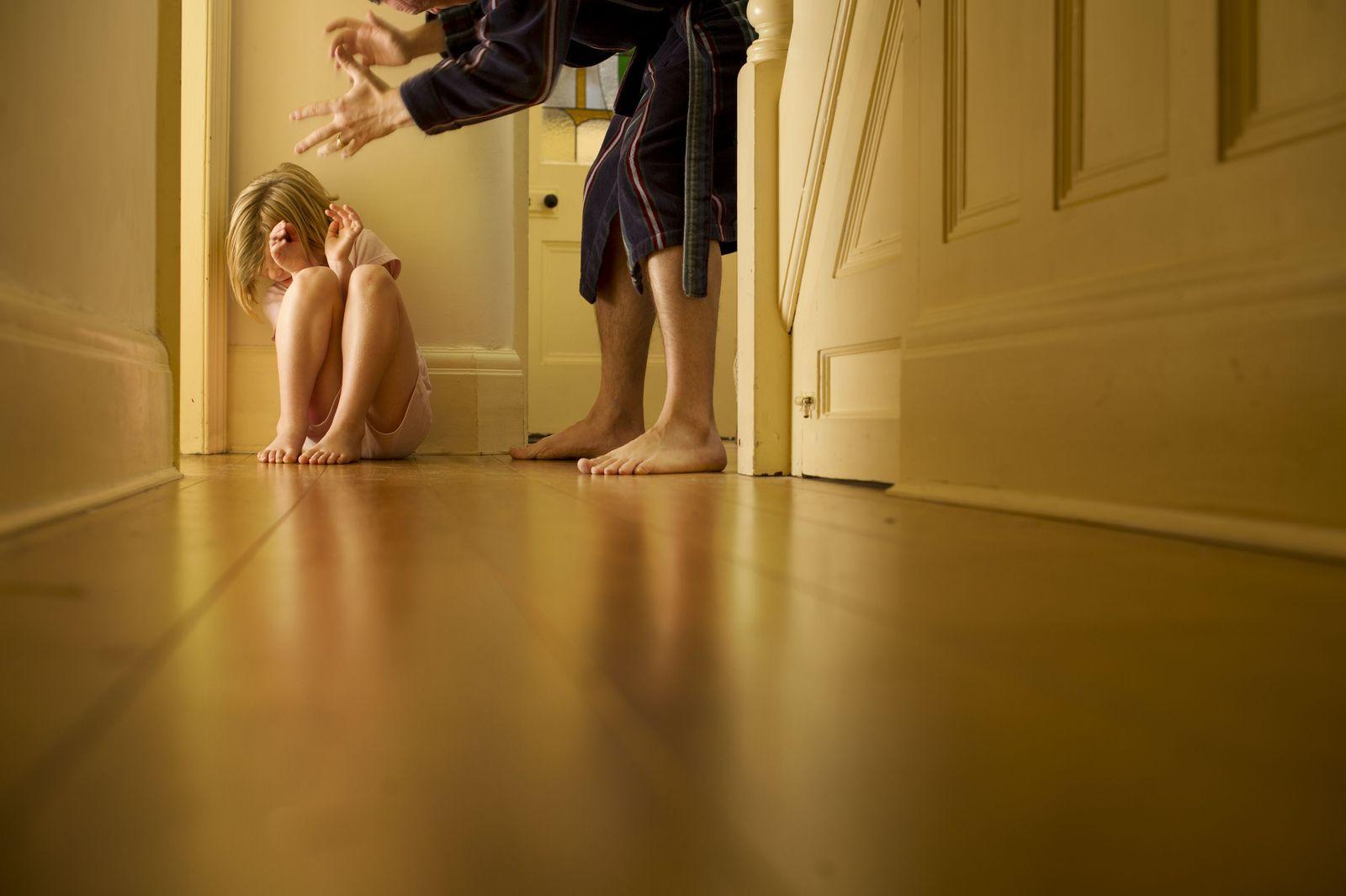 EINMALIGE VERWENDUNG Vater und Tochter/ Missbrauch EXPIREN am 14.05.2024