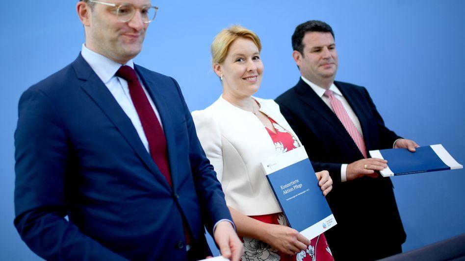 Rettungskonzept für die Pflege: Bundesgesundheitsminister Jens Spahn (CDU), Familienministerin Franziska Giffey (SPD) und Arbeitsminister Hubertus Heil (SPD)