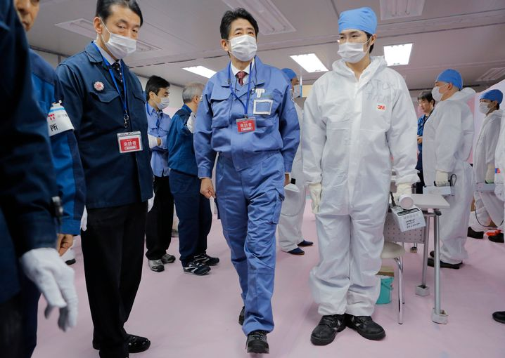 Abe besuchte 2012 das havarierte Nucklearkraftwerk Fukushima Daiichi: Trotzdem weiter auf Atomkraft gesetzt
