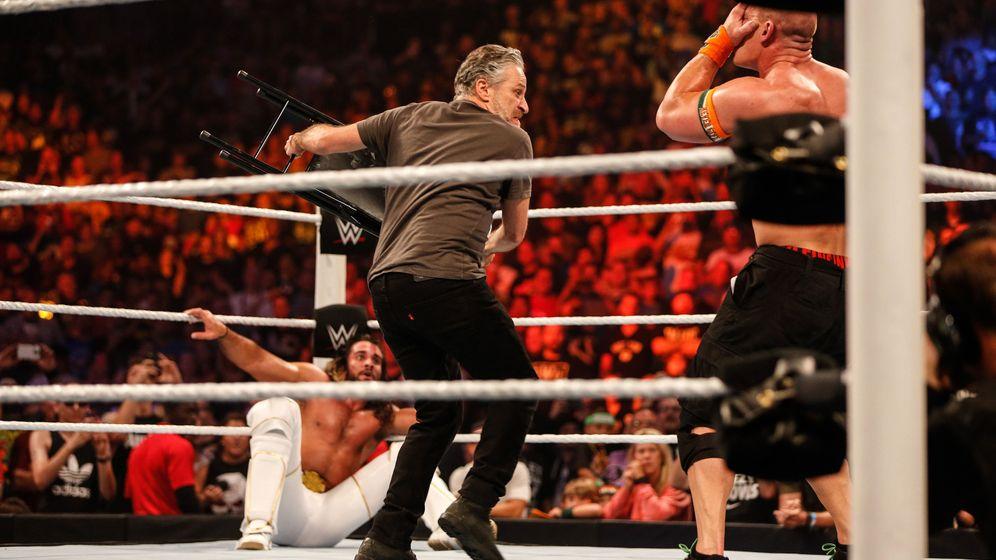 Moderator beim Wrestling: Jon Stewart, King im Ring