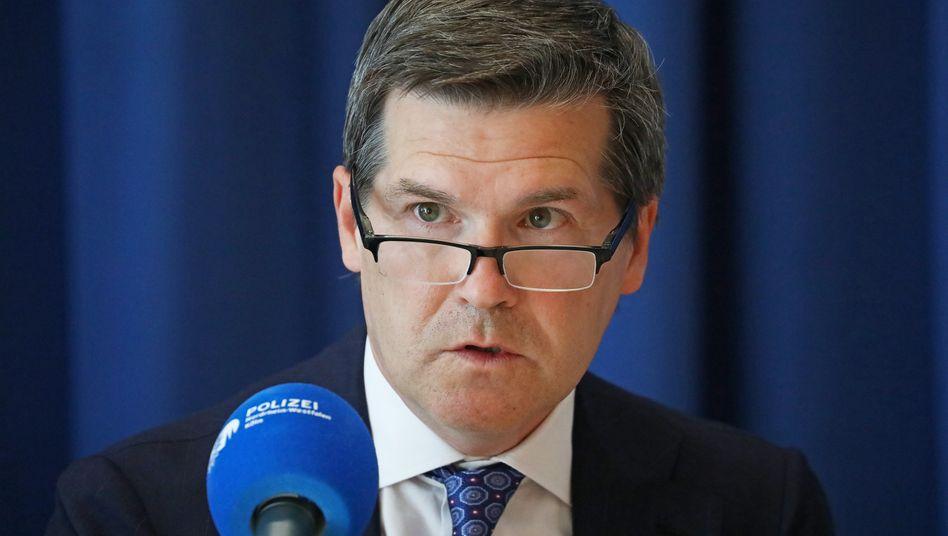 Der Kölner OberstaatsanwaltUlrich Bremer bei der Pressekonferenz