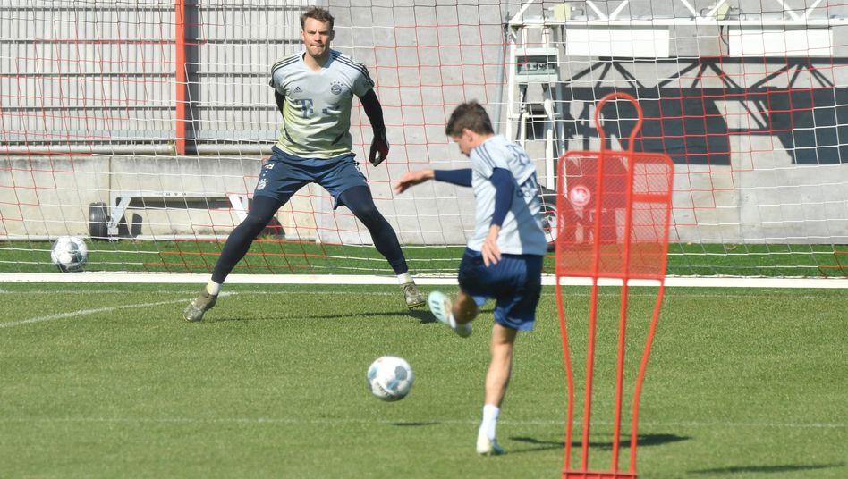 Thomas Müller (vorn) hat seinen Vertrag beim FC Bayern schon verlängert. Manuel Neuer (hinten) soll folgen