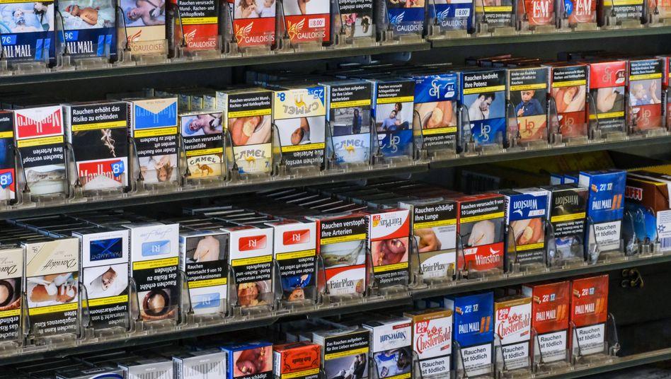 Ein Zigarettenregal (Symbolbild): Rauchen gefährdet auch den Geldbeutel
