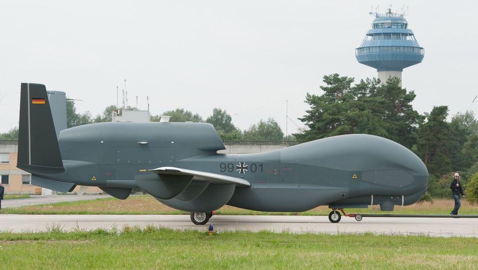 """""""Euro Hawk""""-Drohne auf dem Luftwaffenstützpunkt Manching in Bayern (Archivbild vom Juli 2011):"""