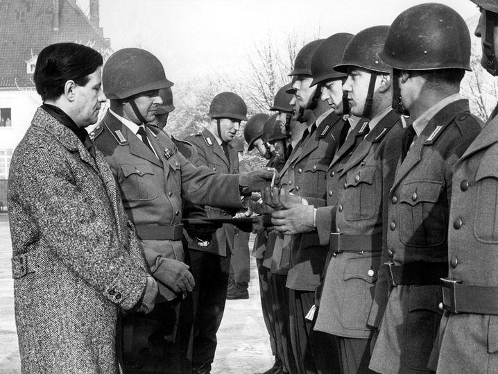 Hamburgs Innensenator Helmut Schmidt verleiht 1962 Dankesmedaillen an Soldaten
