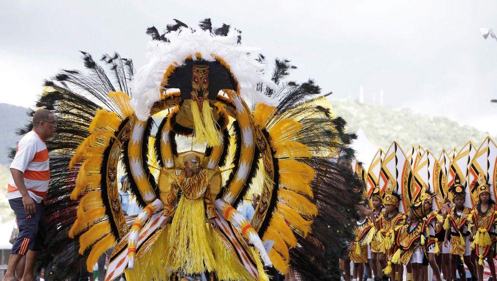 Karneval auf Trinidad: Steel Pans und Kopfschmuck