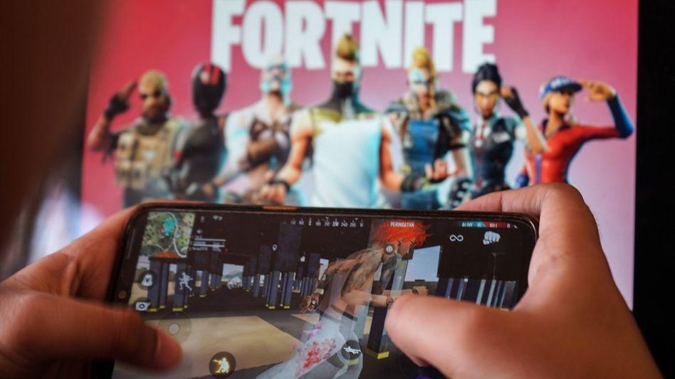 """""""Fortnite"""" auf einem Smartphone: Epic Games hat sich sowohl mit Apple als auch mit Google angelegt"""