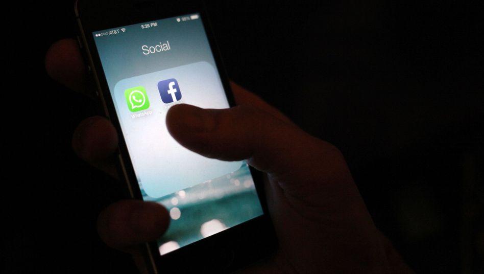 Apps von WhatsApp und Facebook auf einem Smartphone: SMS-Alternative WhatsApp wird vom sozialen Netzwerk übernommen