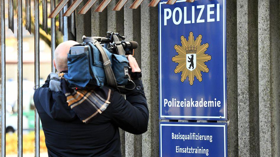 Kameramann am Eingang der Berliner Polizeiakademie