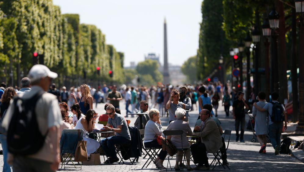 XXL-Terrassen auf den Champs-Élysées in Paris: Corona schafft Platz