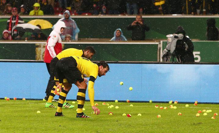 Dortmunds Hummels und Gündogan: Aufräumaktion vor dem eigenen Fanblock