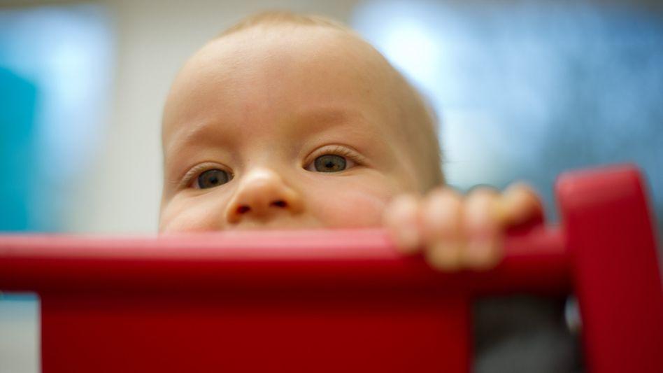 Kleinkind im Kinderstuhl