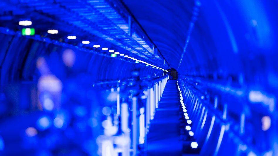 Blau illuminierter Photonentunnel des European XFEL