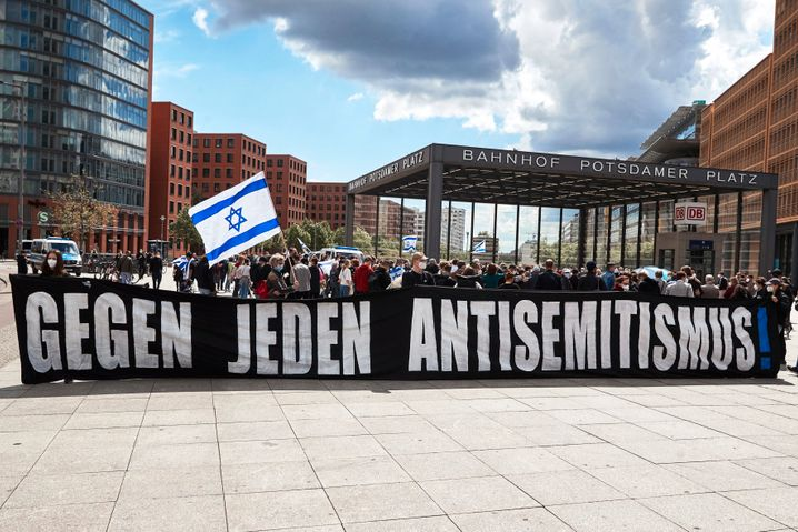 Mitte Mai gab es Kämpfe zwischen dem israelischen Militär und der Terror-Organisation Hamas. In Deutschland kam es zu israelfeindlichen Protesten. Daraufhin fanden sich Menschen zusammen, um sich solidarisch mit Israel zu zeigen, so wie hier am Potsdamer Platz in Berlin.
