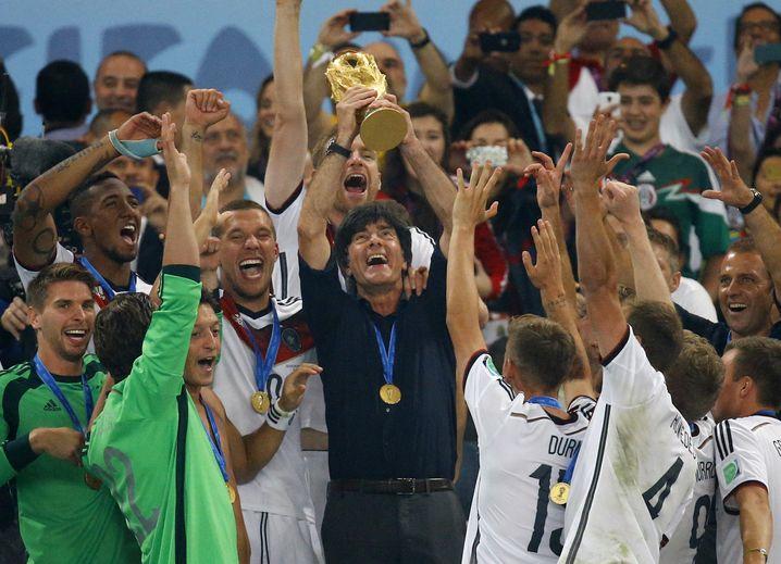 Mann im Hintergrund: Am WM-Triumph der deutschen Nationalelf 2014 hatte Hansi Flick (r.) großen Anteil. Er trainierte verstärkt Standardsituationen, die ein Schlüssel zum Titelgewinn waren.
