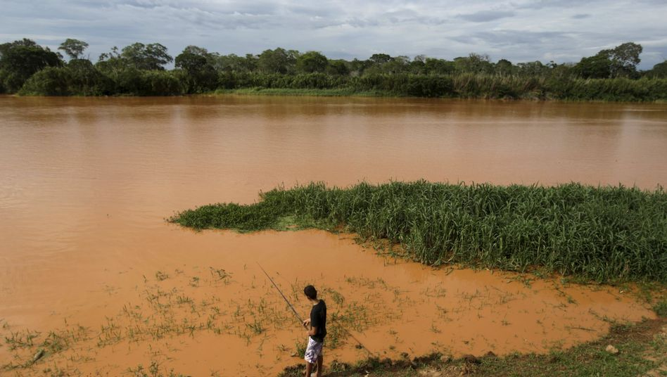 Fischer am verschmutzten Rio Doce im vergangenen November