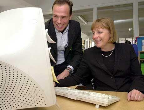 CDU-Chefin Merkel vor dem Computer
