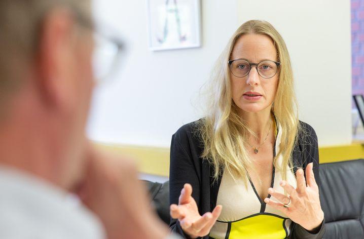 Anna Kebschull im Gespräch mit Bürgermeister Benno Trütken