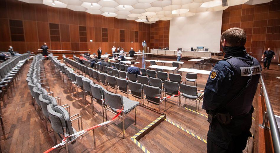 Seit Montag müssen sich die 17 bis 19 Jahre alten Angeklagten vor dem Landgericht Ulm wegen versuchten Mordes in zwei Fällen und wegen versuchter schwerer Brandstiftung verantworten