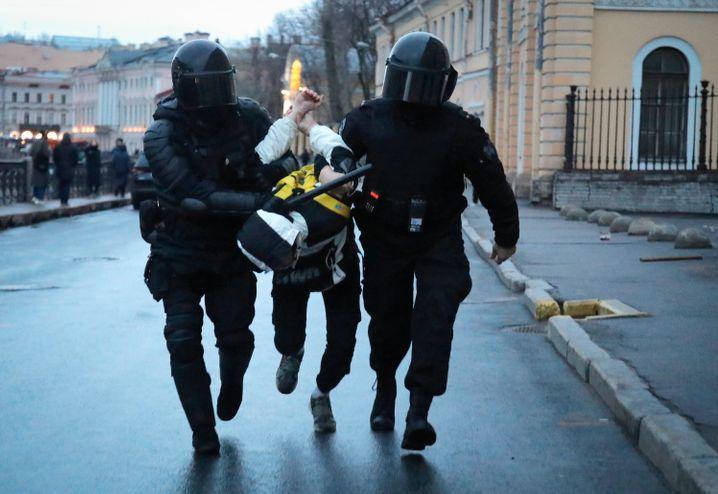 Gewaltsam festgenommen: Bei einer Kundgebung in Sankt Petersburg hat die Polizei mehr als 350 Demonstranten in Gewahrsam genommen