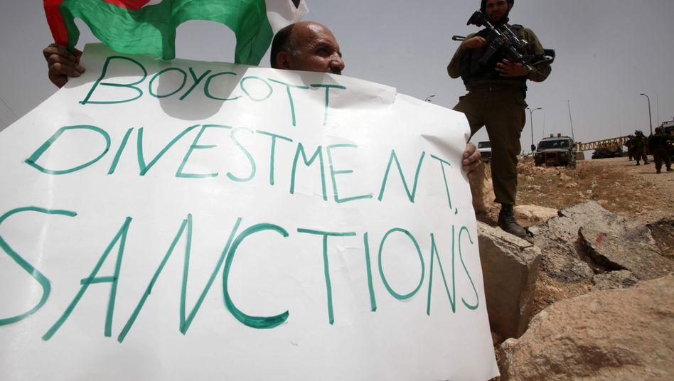 Palästinenser mit BDS-Plakat (Archivbild): Von den USA wird die Bewegung nun als antisemitisch eingestuft