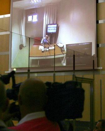 Videoschalte im Düsseldorfer Gerichtssaal: Ein italienischer Polizist testet die Anlage, über die später Basile Auskunft gibt