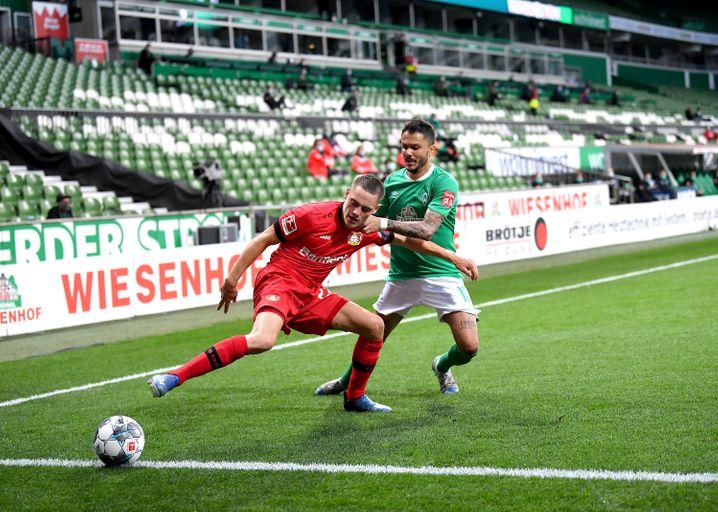 Florian Wirtz (l.) im Zweikampf mit Leonardo Bittencourt von Werder Bremen