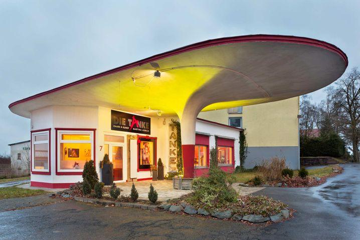 Ehemalige Tankstelle in Halver: Heute ein Friseursalon mit Kunstausstellungen