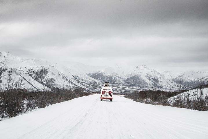 Wenn Zenkl im Polargebiet auf Fototour ist, begegnet ihm oft tagelang kein anderes Auto. Bei Pannen hat er gelernt, selbst anzupacken.