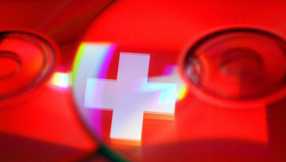 Schweizer Flagge spiegelt sich in CD: Mehr Selbstanzeigen im ersten Halbjahr