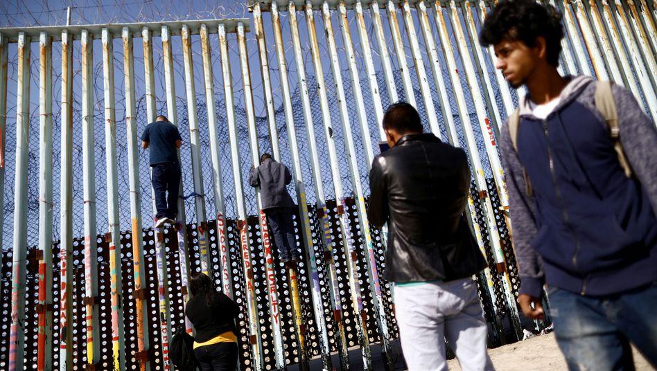 Menschen an der Grenze zwischen Mexiko und den USA
