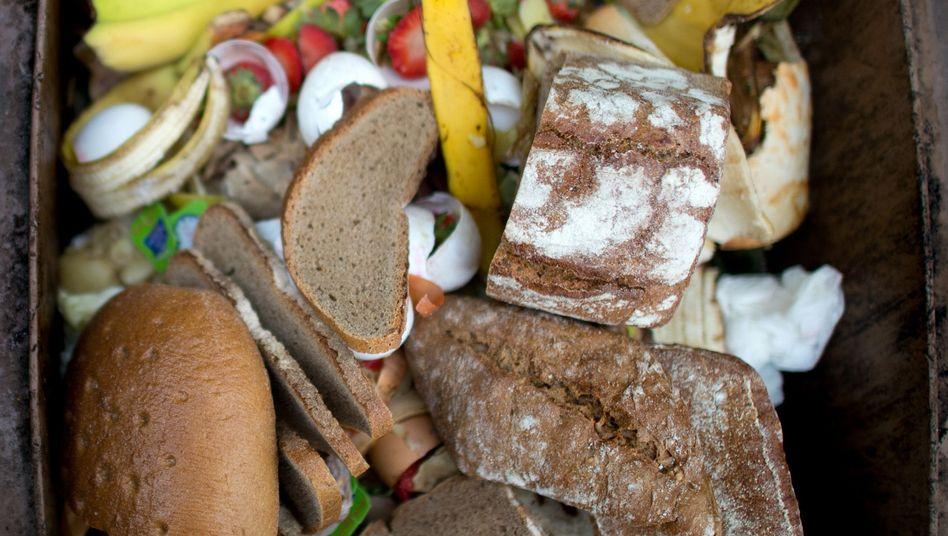 Lebensmittel in einer Mülltonne (Archivbild)