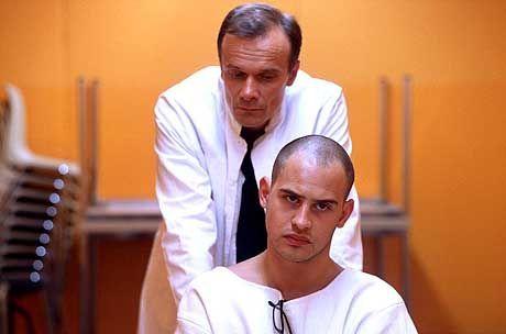 Versuchskaninchen: Tarek (Moritz Bleibtreu) wird von Prof. Thon (Edgar Selge) präpariert