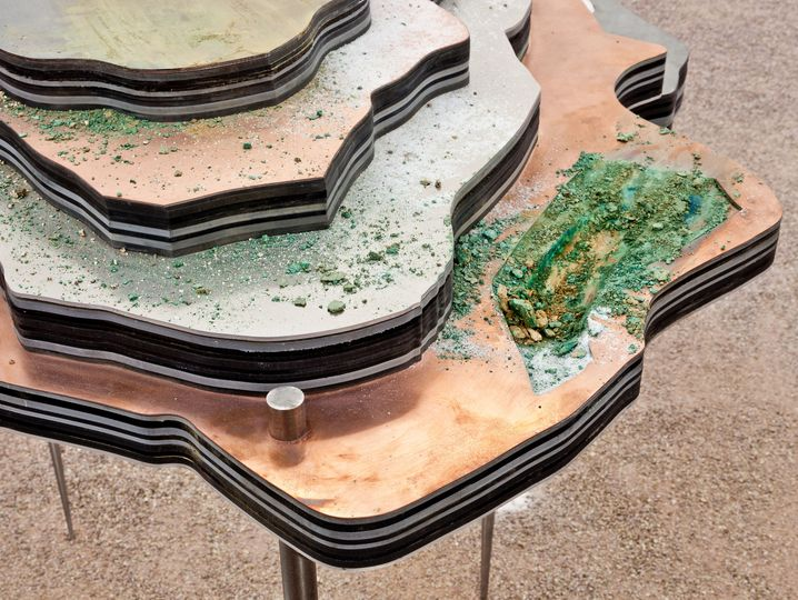 Aluminium, Erdöl, Stahl, Kupfer - die Künstlerin stapelt in einer Skulptur, was der Mensch aus der Erde entfernt.
