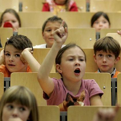 Schulkinder in Uni-Vorlesung: Was die Mittelschichten angeht, so ist die Kindheit heute übermäßig organisiert