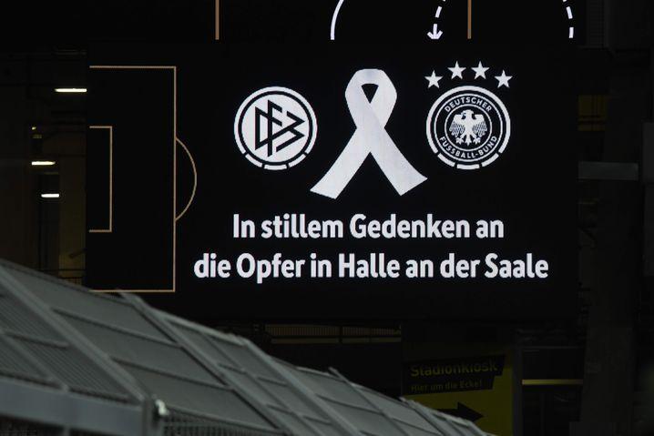 Die Schweigeminute in Dortmund wurde von dieser Anzeige untermalt