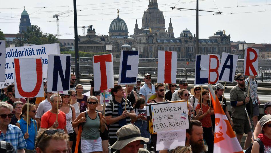 """Demonstranten in Dresden: """"Denken ist erlaubt"""""""