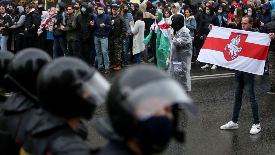 Sicherheitskräfte und Demonstranten in Minsk