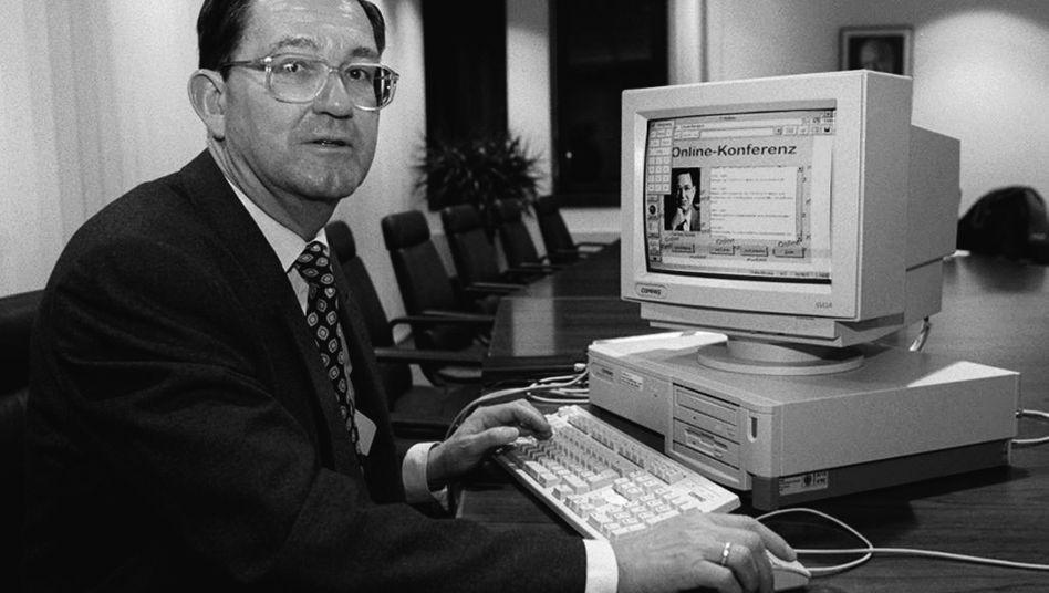 So schlimm ist es nicht mehr - doch die Modernisierung der Bundes-IT ist dringend nötig: Entwicklungshilfeminister Carl-Dieter Sprangerbei einer Onlinekonferenz im Jahr 1996