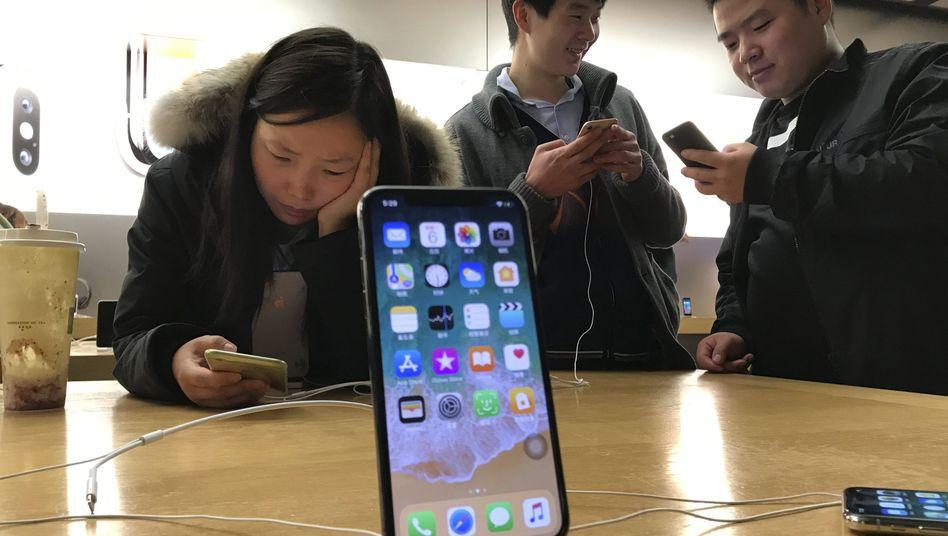 Apple-Produkte in einem chinesischen Geschäft (Archivbild)