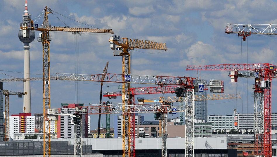 Baukräne über Berlin: Jährlich 155.000 neue Sozialwohnungen schaffen