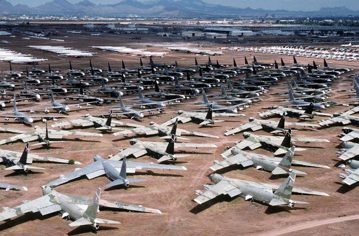 B-52 stehen als Ersatzteilspender in der Wüste