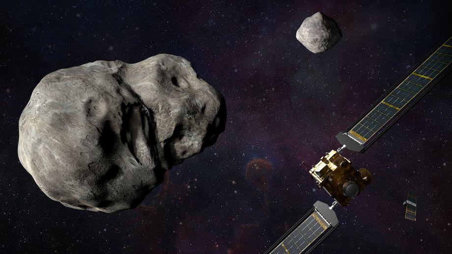 »Dimorphos« heißt der kleinere Asteroid. Er ist das Ziel der »Dart«-Mission, bei der eine Raumsonde mit voller Wucht gegen den Himmelskörper knallt, um ihn von seiner Bahn abzulenken. Dieser Doppel-Asteroid namens »Didymos» wurde erst 1996 entdeckt. Manchmal nähern sich die beiden Teile auf rund sieben Millionen Kilometer der Erde.