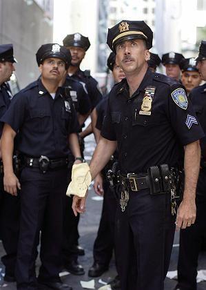 """Szene aus """"World Trade Center"""" (mit Michael Peña, Nicolas Cage): Im Schatten der Ereignisse"""