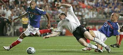 Danach gab's Elfmeter: In der 72. Minute foult Silvestre (r.) den Engländer Rooney. Links Frankreichs Henry