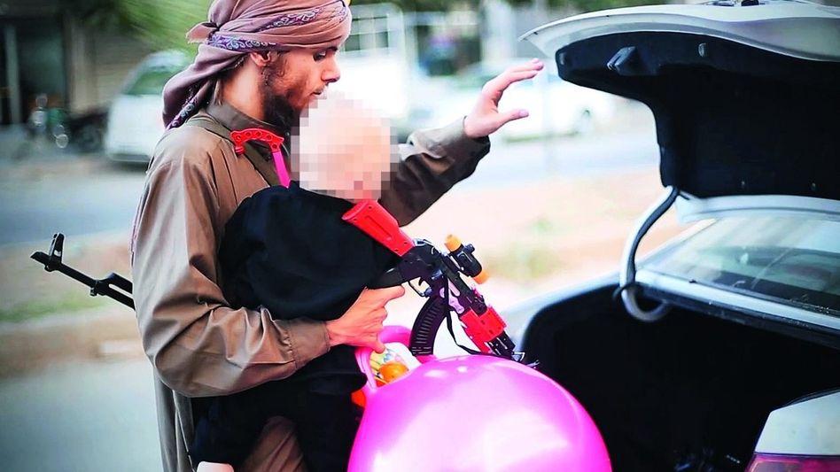 """Szene aus IS-Propagandavideo »Der Festtag eines Mudschahids"""": Windeln, Schokolade und eine Spielzeug-Kalaschnikow"""